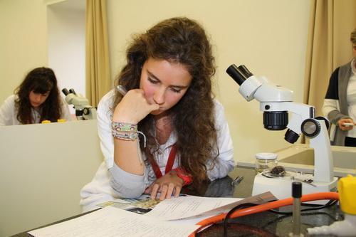 test conocimientos generales (2) chica con microscopio estudiando