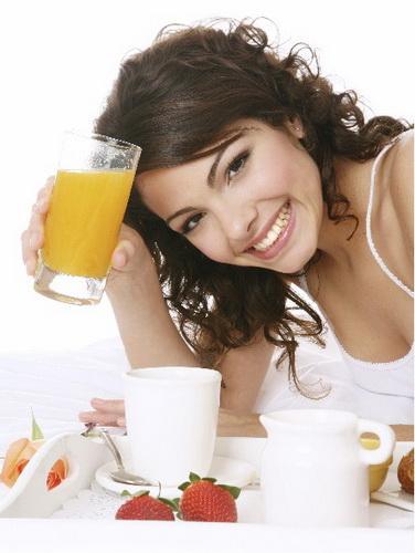 test sobre alimentacion y salud imagen mujer joven desayunando