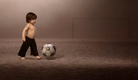 foto de video oficial del mundial de futbol - nino con balon