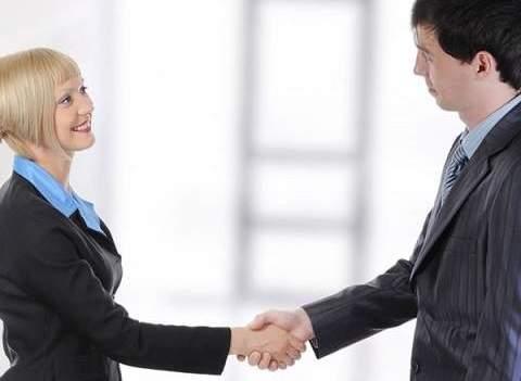 saludo entre dos personas con un estrechon de manos