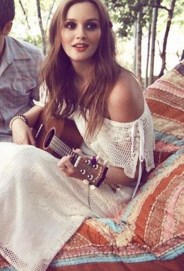 foto de Leighton Meester tocando guitarra